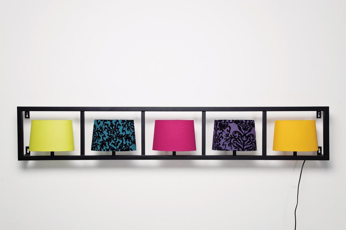 Zidna lampa parecchi horizontal ima crni okvir i ukupno pet abažura