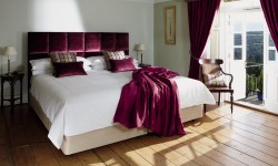Krevet sa tapaciranim uzglavljem