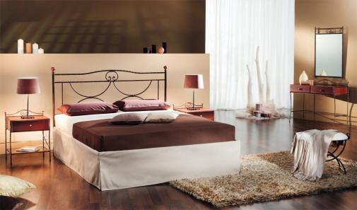 Metalni krevet u krem spavaćoj sobi