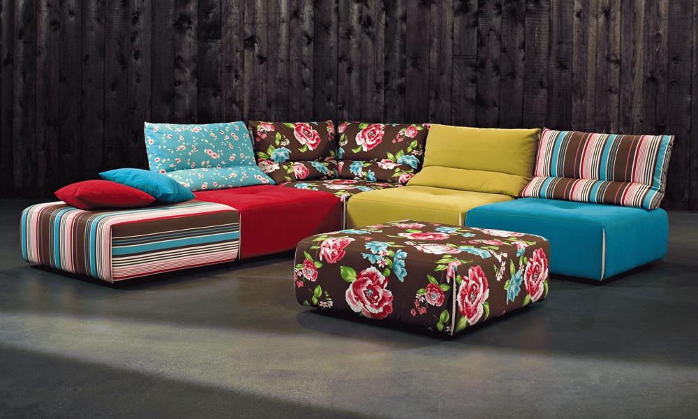 Sofa raznobojnih tekstila