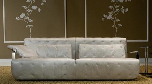 Kožne fotelje daju eleganciju prostoru