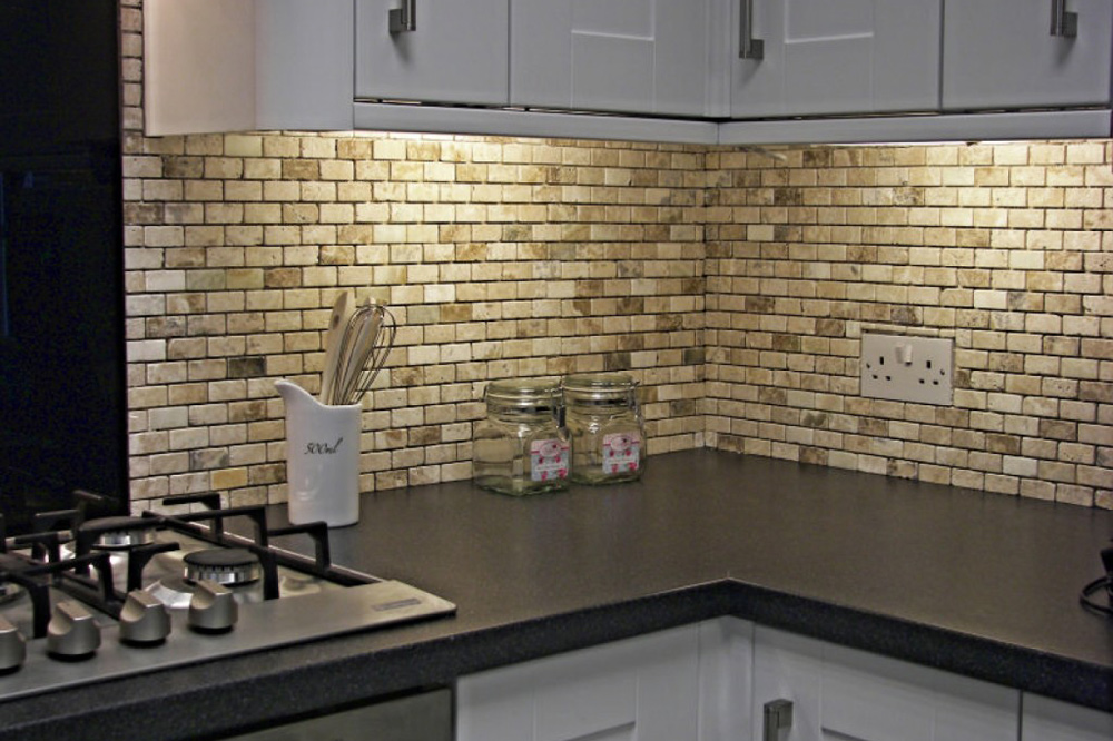 Dekorativne zidne plocice u vasoj kuhinji bravacasa for Kitchen cabinets lowes with decorative tiles for wall art