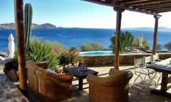 Dvorišna terasa sa pogledom na more