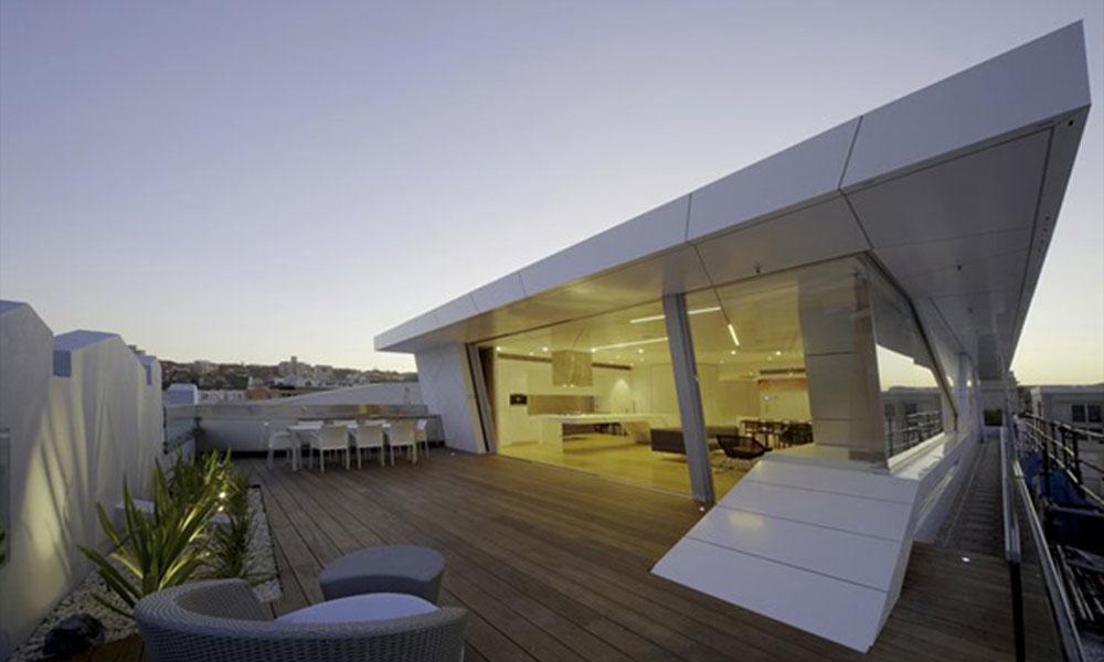 Futurističko potkrovlje od stakla i metala na vrhu art deco zgrade  BravaCas...