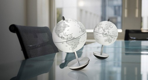 Stona lampa u obliku globusa