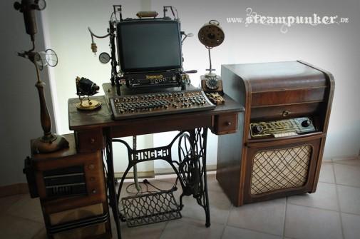 Kompjuterski sto napravljen od mašine za šivenje