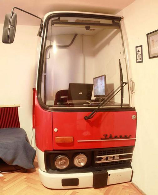 Stari autobus pretvoren u kancelariju