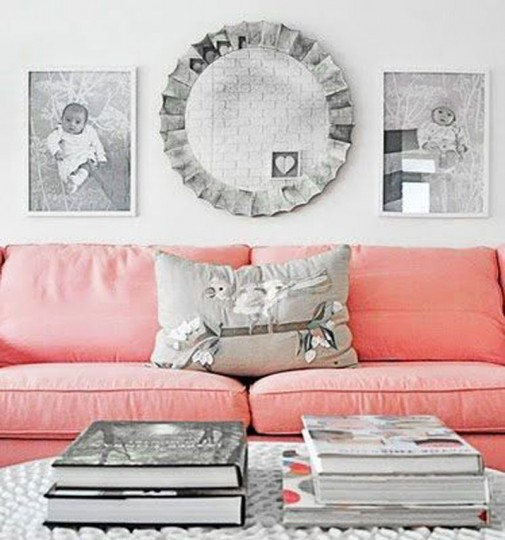 Pink sofa u ljupkoj dnevnoj sobi
