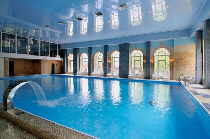 Moderni zatvoreni bazeni inspirativnog dizajna for Large house plans with indoor pool