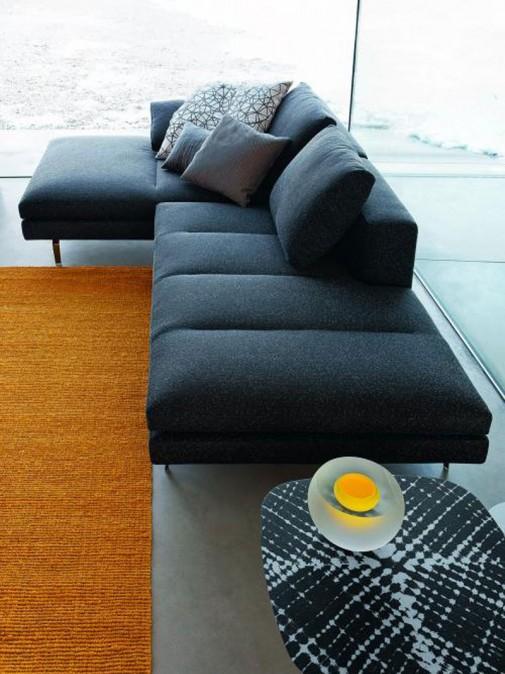 Sofa u crnoj boji