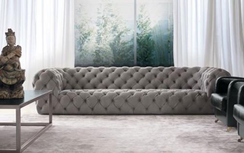 Bela sofa u dnevnom boravku