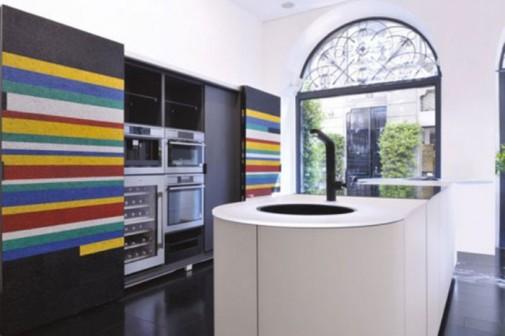 Moderna crno-bela kuhinja sa upadljivim detaljima slika2