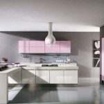 Moderna kuhinja u pastelnim pink i ljubicastim tonovima