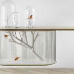 Kavez za ptice ugrađen u sto