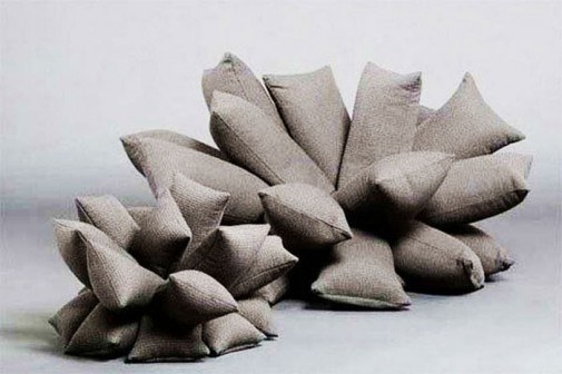 Sofa i fotelja napravljene od mnoštva jastučića slika2