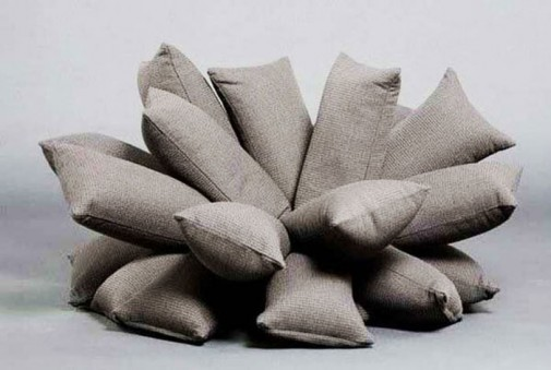 Sofa i fotelja napravljene od mnoštva jastučića slika3