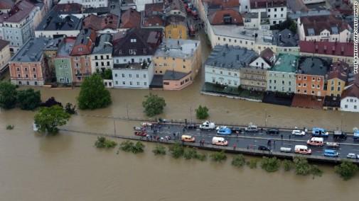 Službe spašavanja pokušavaju navigaciju kroz poplavljeni grad Passau u Nemačkoj
