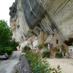 Kuće u i pećini u trigloditskim stenama u Francuskoj