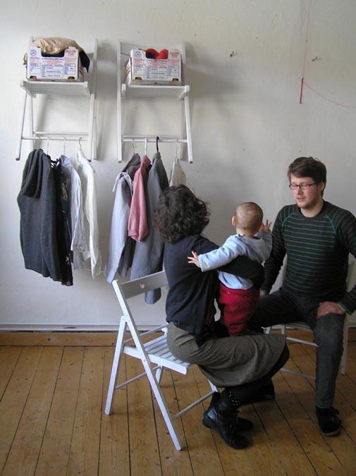 Stare stolice na rasklapanje kao mesto za odlaganje stvari