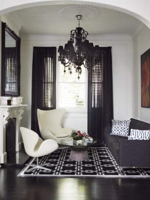 Elegantni dizajn sa crnim zavesama