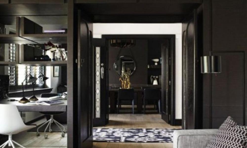 Impresivan crni stan sa detaljima u boji zlata i bronze