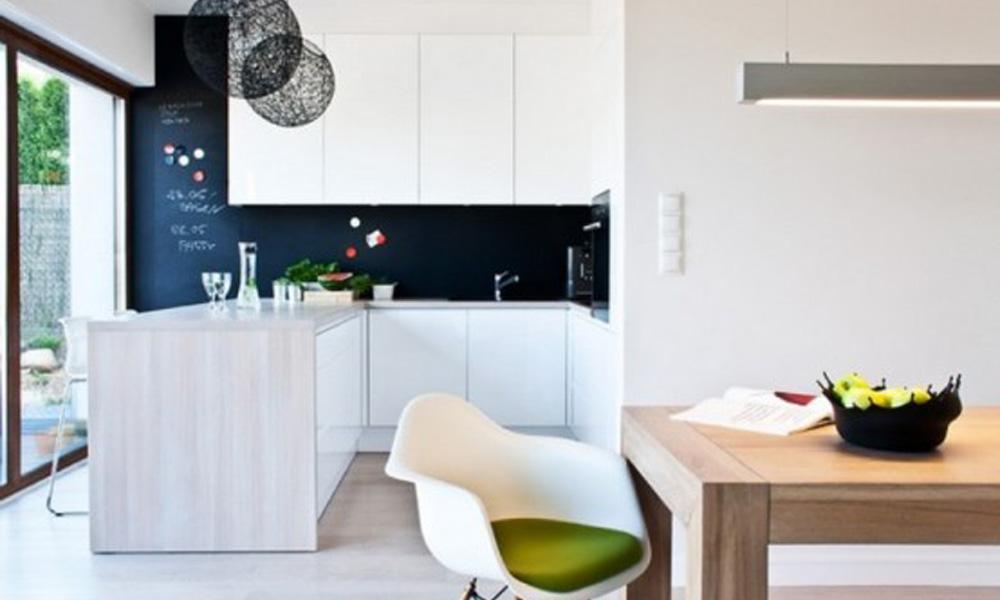 Minimalistička kuća u cno-beloj šemi boja