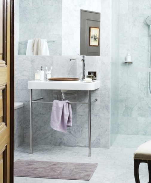 calm-and-cozy-bathroom-design-of-barious-tints-of-marble-3-554x674