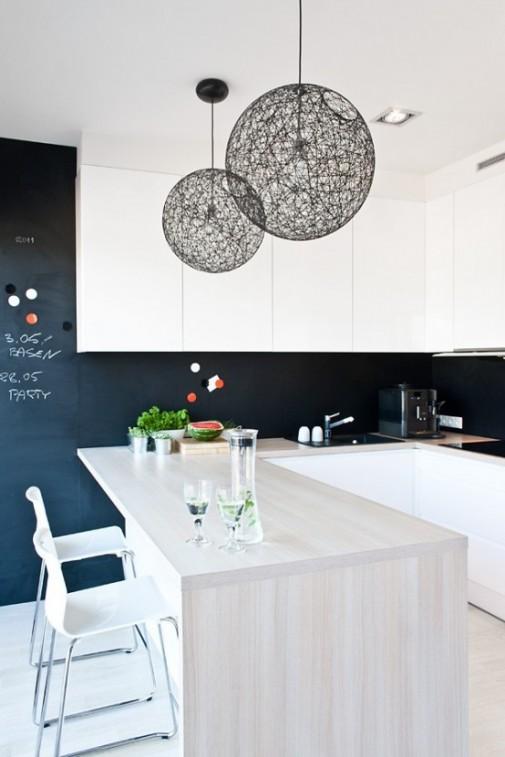 Minimalistička kuća u crno-beloj šemi boja