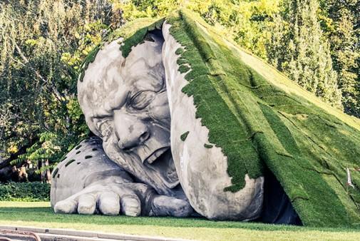 Skulptura izlazi iz zemlje 2