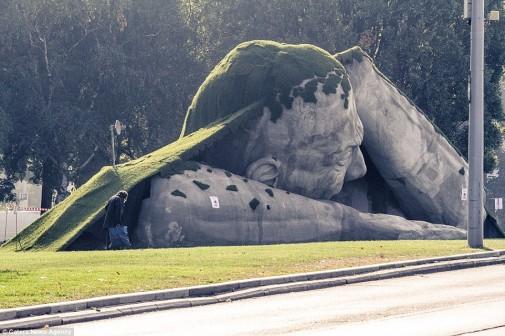 Skulptura izlazi iz zemlje 3
