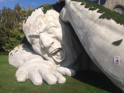 Skulptura izlazi iz zemlje 4