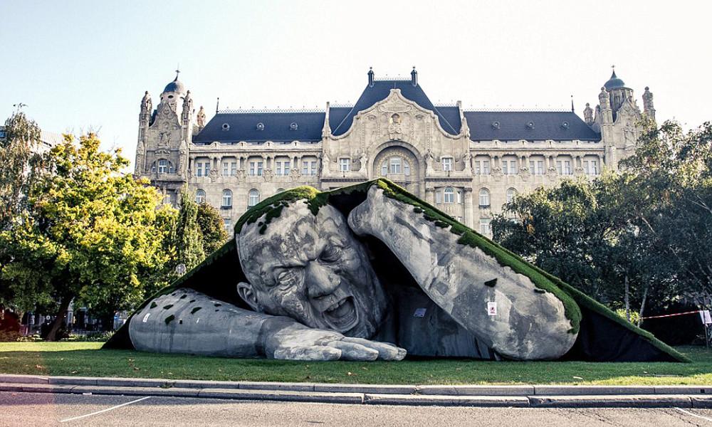 Skulptura izlazi iz zemlje