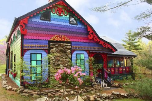 Umetnički dom u šumi u duginim bojama