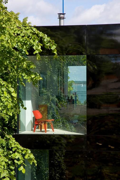 Engleska idila u domu okruženom drvećem