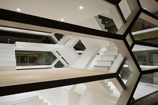 Transparentna kuća kao izlog za isprepletano stepenište