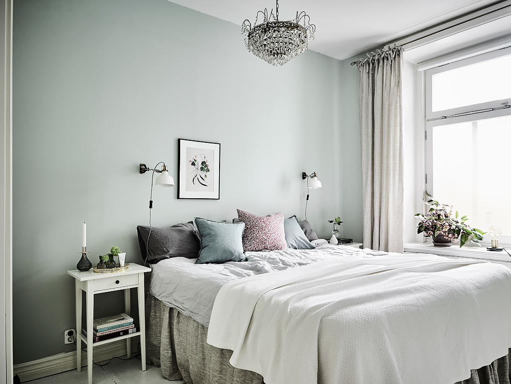 simple-and-luxurious-grey-and-white-comforter